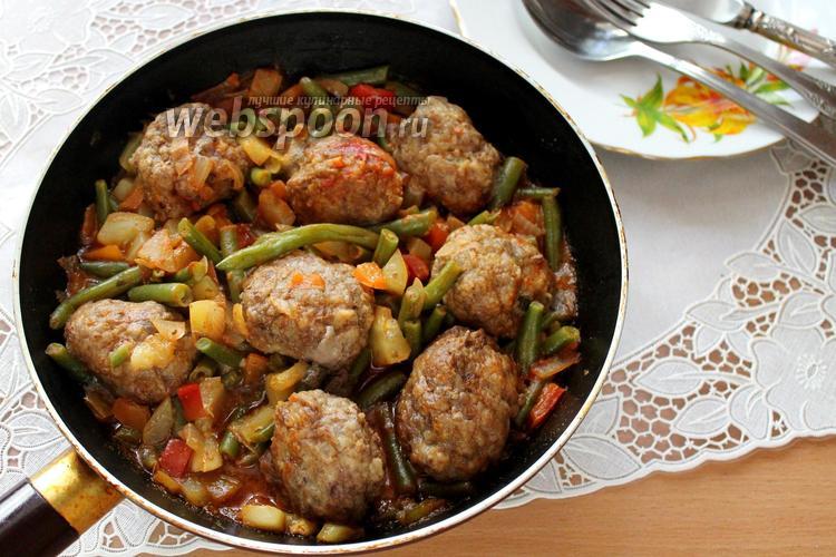 Фото Говяжьи фрикадельки с овощами в томате на сковороде