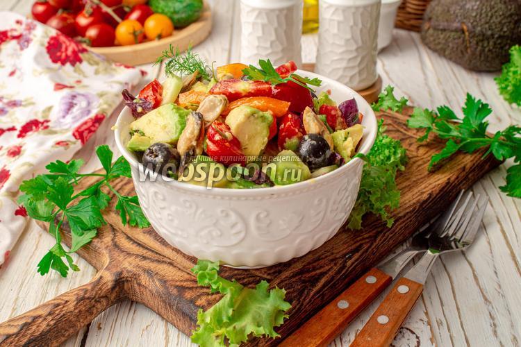 Фото Салат с мидиями и авокадо