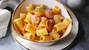 Фото рецепта Макароны с сосисками в овощной подливе