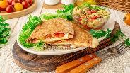 Фото рецепта Тортилья на завтрак с сыром и сальсой из авокадо
