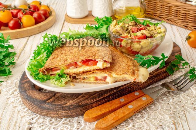 Фото Тортилья на завтрак с сыром и сальсой из авокадо