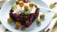 Фото рецепта Салат из свёклы с орехами и оливками