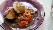 Фото рецепта Рыбные фрикадельки с помидорами и горошком