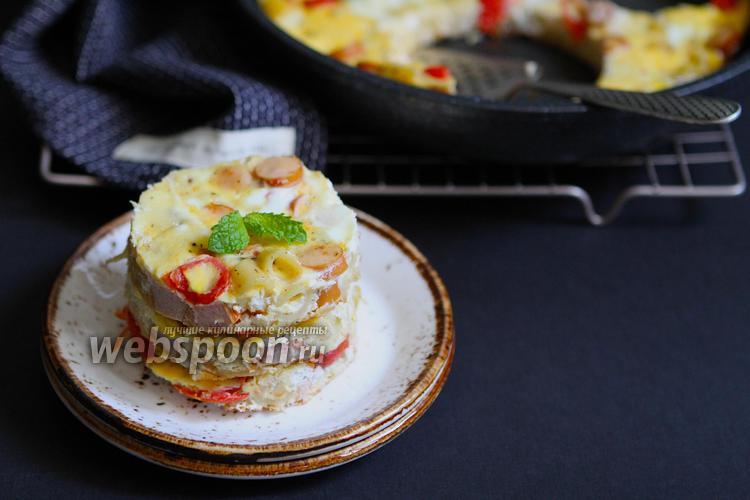 Фото Завтрак студента макароны с яйцом и сосисками