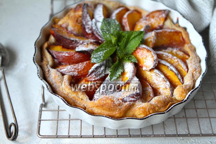 Фото Пирог из слоёного теста со свежими персиками