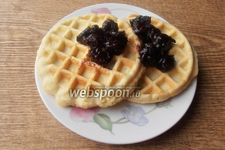 Фото Кокосовые кето вафли с вишнёво-шоколадным вареньем