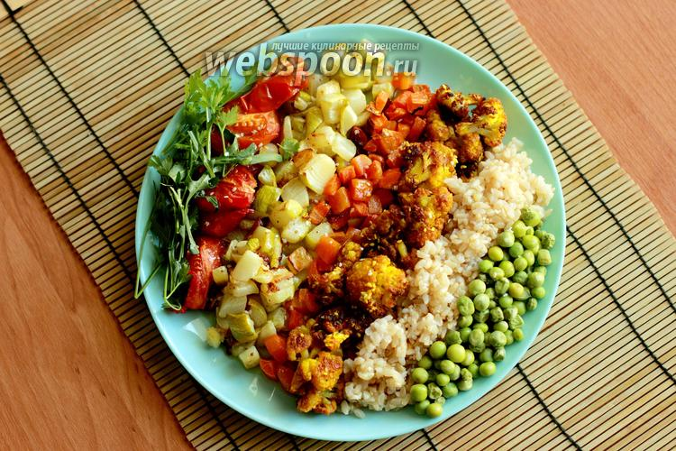 Фото Боул из цветной капусты с куркумой, рисом и овощами