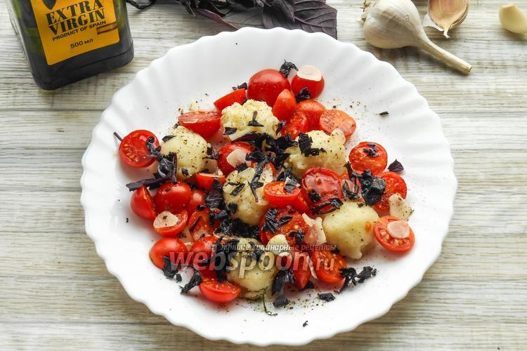 Фото Томатный салат с картофельными клёцками