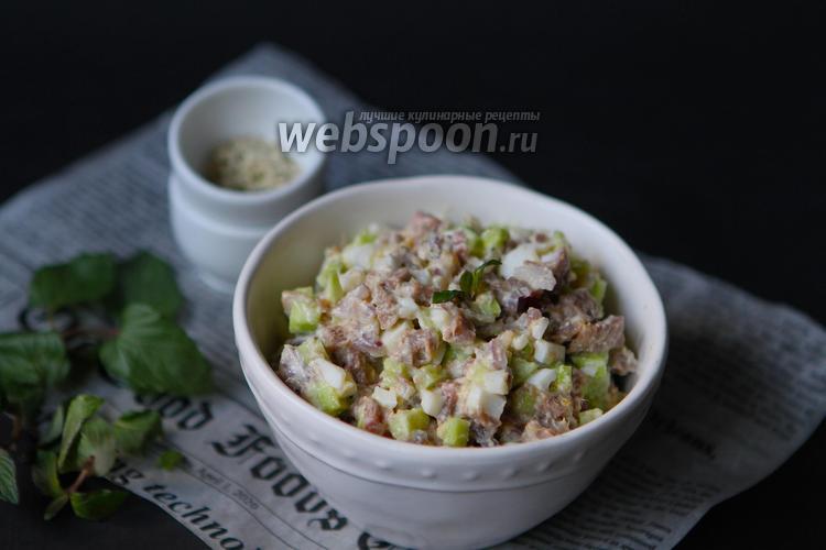 Фото Простой салат из говяжьего языка с луком и огурцом